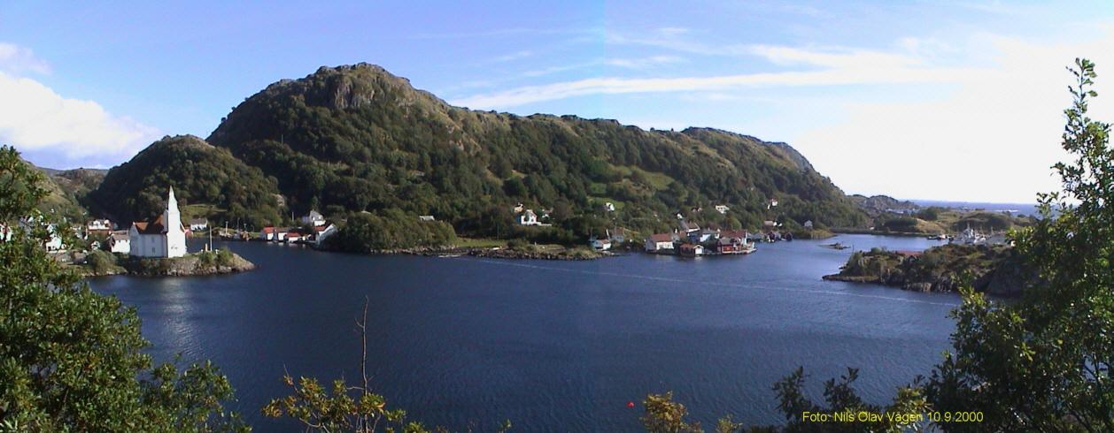 Bildet viser Hågåsen ved Kirkehamn på Hidra.  Den høyeste toppen på bildet er selve Hågåsen.  Hoveddelen av festningsanlegget ligger på høydedraget sydover.  Fra gammelt av var dette beiteområde og ble kalt Fidjemarka.